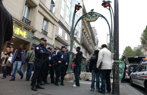 Sans papiers quand la police rafle chateau d 39 eau - Prefecture de police porte de clignancourt ...