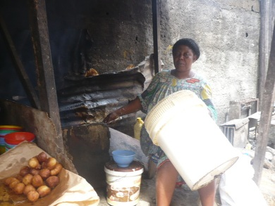 Maman Marguerite prépare les beignets pour ses clients à Douala