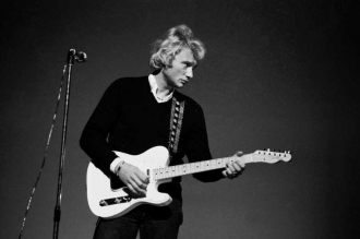 Johnny Hallyday reconduit en France en 68
