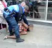 Les Policiers suisses en train de brutaliser la jeune fille