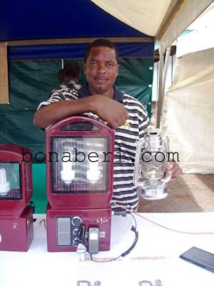 Cyrille Bomba, inventeur d'une lampe � �nergie solaire