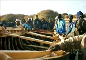 Kingsley et ses comp�res en train de monter une pirogue