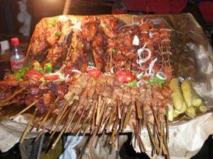 Etalage des brochettes de porc de Mme Tayong Florence